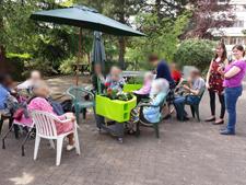 moment convivial au jardin à la résidence EHPAD Jules Parent (92)