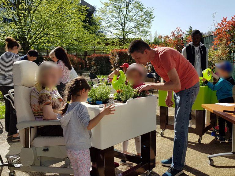 atelier jardinage intergénérationnel avec jardinières thérapeutique Hortense Confort