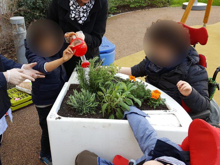 jardinage adapté aux enfants handicapés de l'USEP avec jardinières thérapeutique Hortense Confort