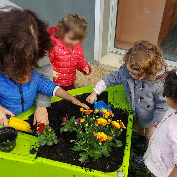 atelier de jardinage d'automne à la crèche