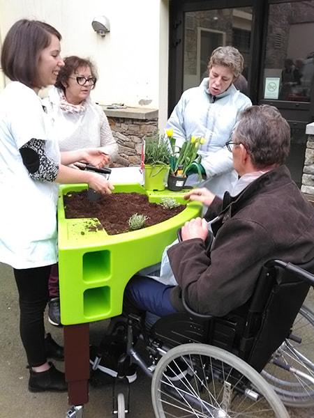 atelier d'hortitherapie réalisé par ergothérapeutes au CMPR de Bagnoles