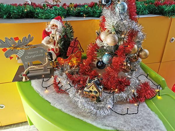 mini sapin et guirlandes pour décorer le jardin d'intérieur de Noël à la crèche